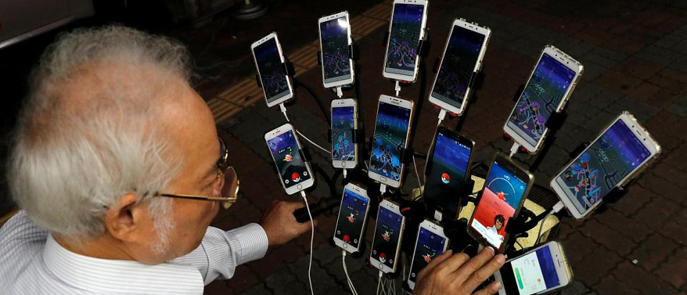 70-летний дедушка играет в Pokemon GO на 15 смартфонах одновременно
