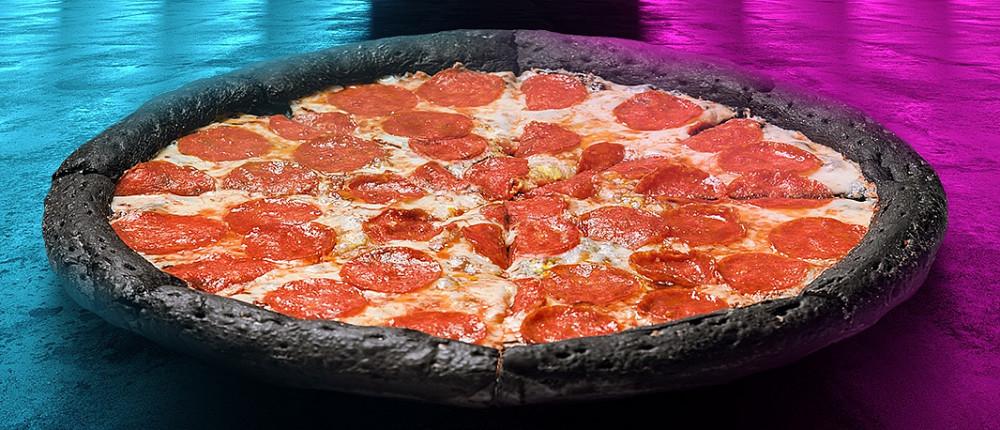 В России испекли первую пиццу для геймеров. Она черная как сердце твоей бывшей, а заказав ее можно получить игровой ноутбук!