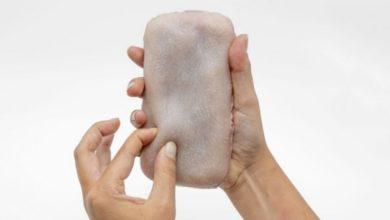 Инженер сделал чехол для телефона, который выглядит как кожа человека и позволяет «ущипнуть» гаджет