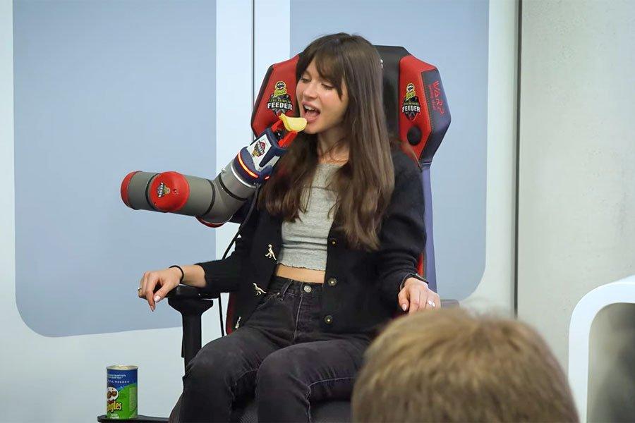 В России показали инновационное игровое кресло с робо-рукой. Оно может кормить игрока